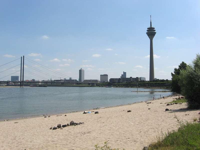 Sandstrand am Rheinufer Lausward; Foto: 05.07.2008, Düsseldorfer Hafen