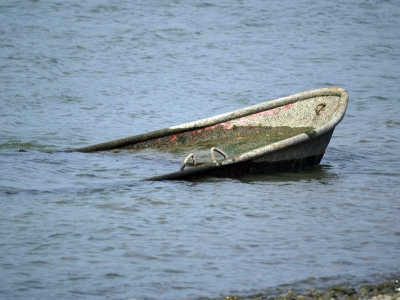 Verrottendes Boot im Rhein; Foto: 31.08.2008, Düsseldorf-Volmerswerth