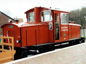 Die rote Inselbahn ist ganz typisch für die Insel Langeoog; Foto: September 2001