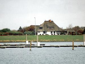 Blick auf den Hafen und das Teehaus von Langeoog; Foto: 2001