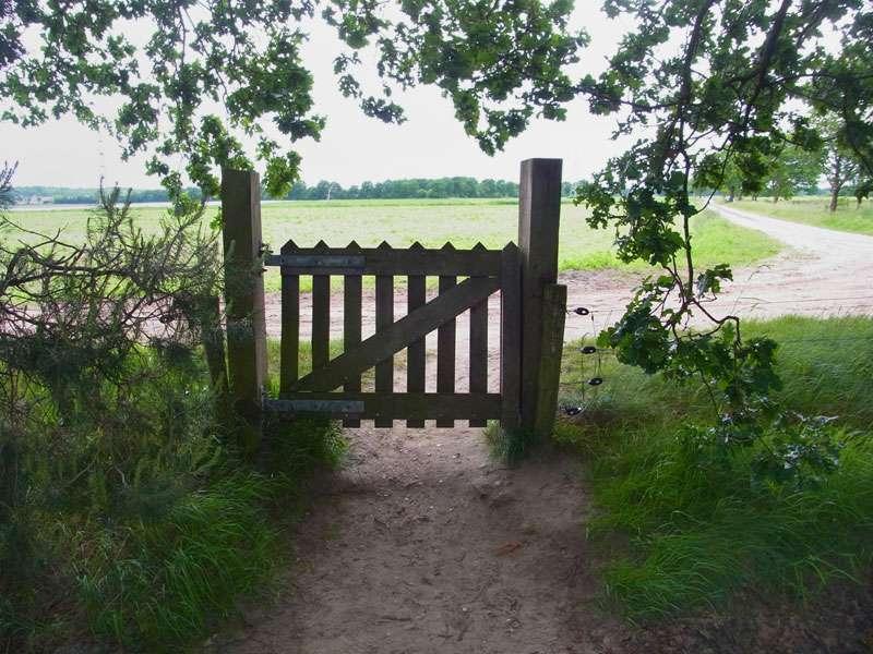 Grüne Grenze: Hinter dem Holztor liegen die Niederlande; Foto: 31.05.2015, Elmpt, Niederkrüchten