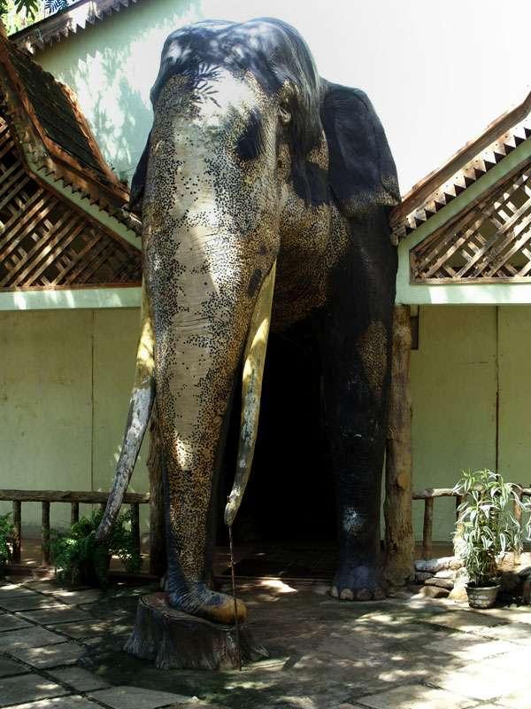Am Badeplatz der Elefanten aus dem Pinnawala-Waisenhaus steht eine große Elefanten-Skulptur; Foto: 09.11.2006, Kegalla