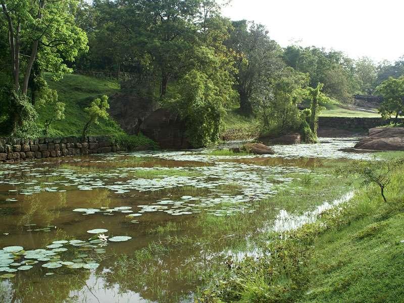 Ein breiter Wassergraben umgibt den Wassergarten in Sigiriya; Foto: 10.11.2006, Sigiriya