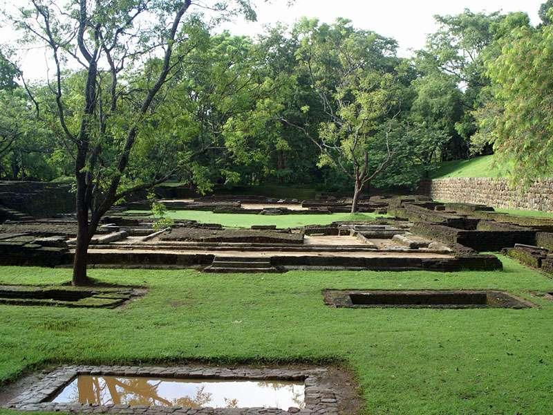 Ein Ausschnitt des Wassergartens und ein Teil des Schutzwalls von Sigiriya; Foto: 10.11.2006, Sigiriya
