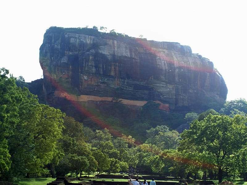 Der Sigiriya-Felsen erhebt sich als natürliches Bollwerk aus der umliegenden Landschaft; Foto: 10.11.2006, Sigiriya