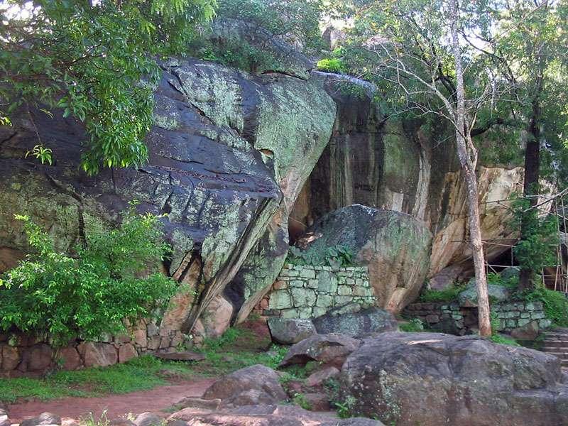 Aufgrund der hohen Luftfeuchtigkeit bedecken Algen und Flechten die Steine im Steingarten von Sigiriya; Foto: 10.11.2006, Sigiriya