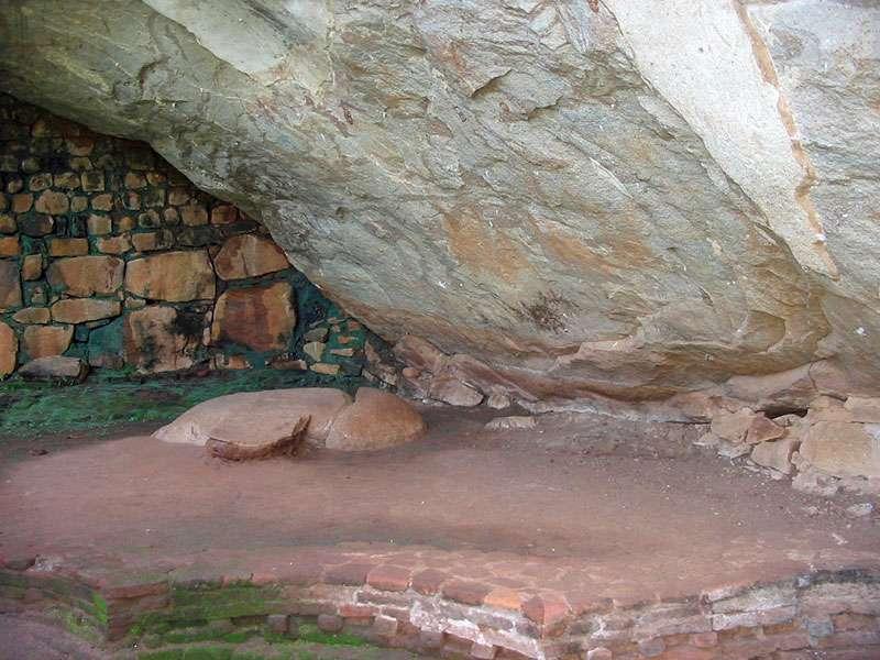 Kleine Höhle mit Mauerwerk im Steingarten von Sigiriya; Foto: 10.11.2006, Sigiriya
