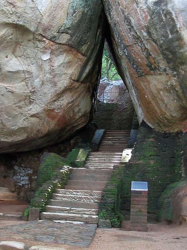 Stufen im Terrassengarten von Sigiriya - die Felsen flößen Respekt ein; Foto: 10.11.2006, Sigiriya