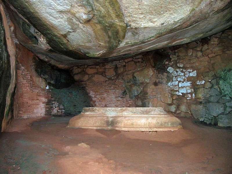 Eine der steinernen Nischen im Steingarten von Sigiriya, an diesen Platz kamen früher Mönche zum Meditieren; Foto: 10.11.2006, Sigiriya