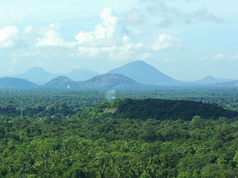 Blick in Richtung Dambulla vom Gipfel des Sigiriya-Felsens; Foto: 10.11.2006, Sigiriya