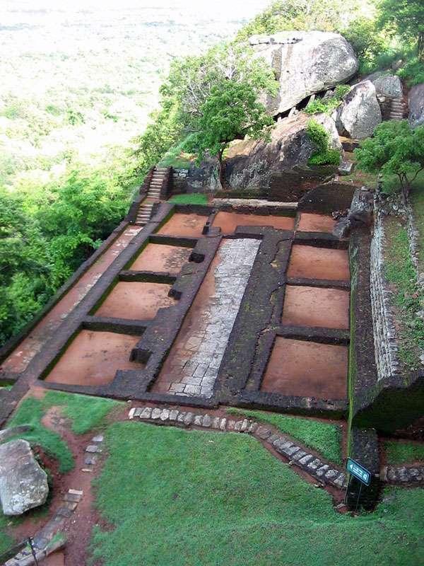 Ruinen auf einem kleinen Felsplateau; Foto: 10.11.2006, Sigiriya
