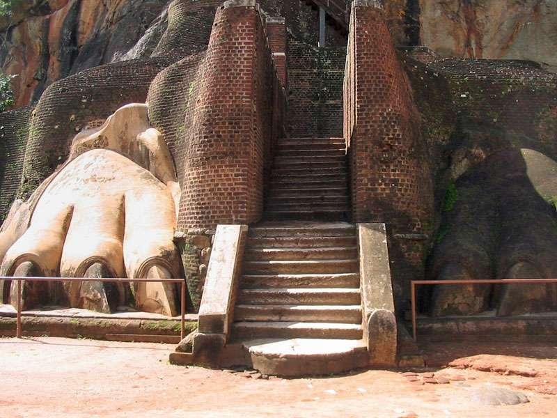 Die imposante Löwenterrasse mit der Treppe, die auf den Gipfel führt; Foto: 10.11.2006, Sigiriya