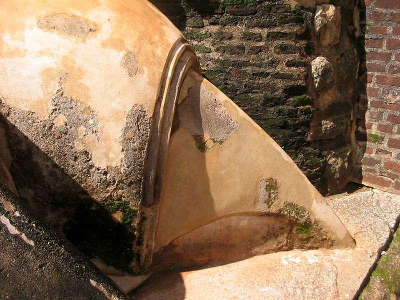 Die fast mannshohe Kralle der Löwenskulptur an der Löwenterrasse; Foto: 10.11.2006, Sigiriya