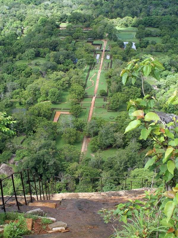 Blick auf die Gartenanlage am Fuße des Felsens; Foto: 10.11.2006, Sigiriya