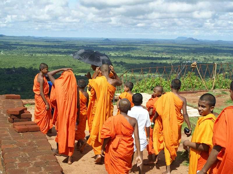 Buddhistische Mönche auf dem Gipfel des Sigiriya-Felsens; Foto: 10.11.2006, Sigiriya