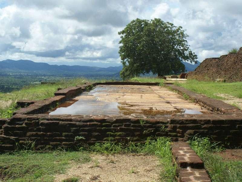 Ruinen auf dem Gipfel des Sigiriya-Felsens; Foto: 10.11.2006, Sigiriya
