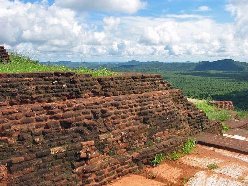 Ziegelmauer auf dem Gipfel des Sigiriya-Felsens; Foto: 10.11.2006, Sigiriya