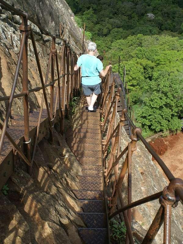 Steiler Abstieg vom Sigiriya-Felsen - hier sollte man schwindelfrei sein; Foto: 10.11.2006, Sigiriya