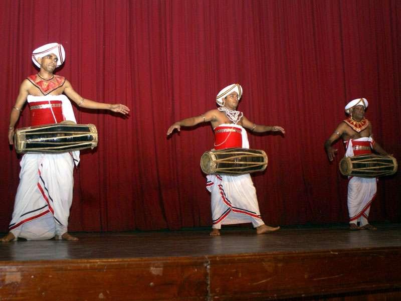 Die Trommler der Gruppe 'Dance Lanka'; Foto: 10.11,2006, Kandy