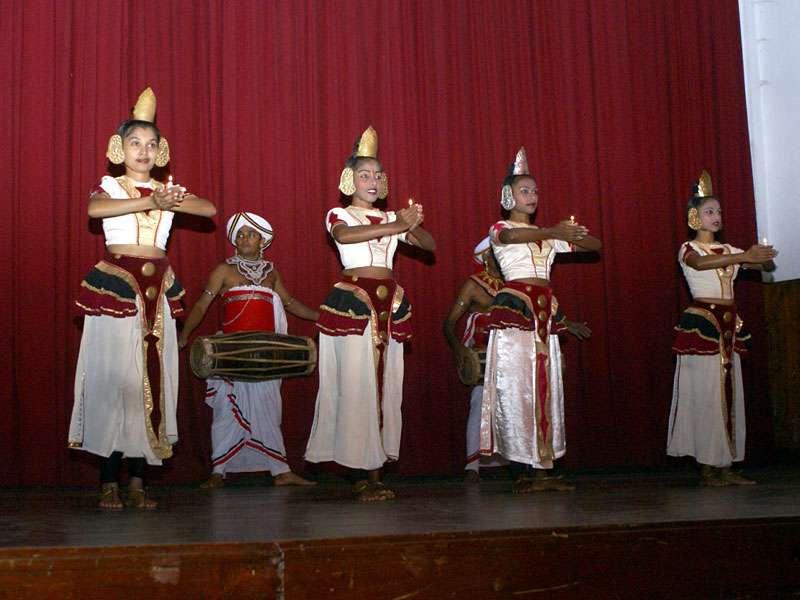 Kandy-Tänzerinnen beim Poya-Tanz; Foto: 10.11.2006, Kandy