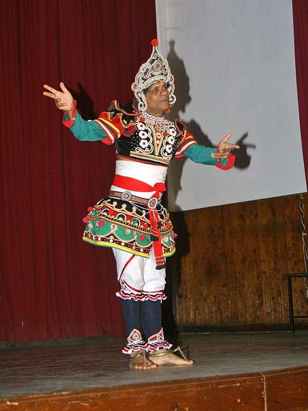 'Dance Lanka' führt den Thelme-Tanz vor; Foto: 10.11.2006, Kandy