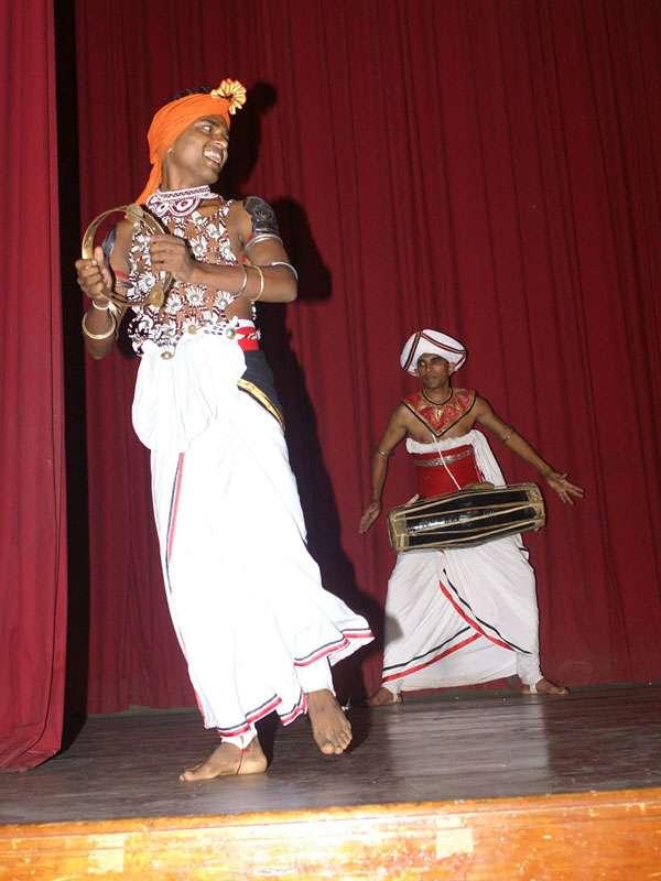 Trommler und Tänzer mit Pantheru (Messingring); Foto: 10.11.2006, Kandy