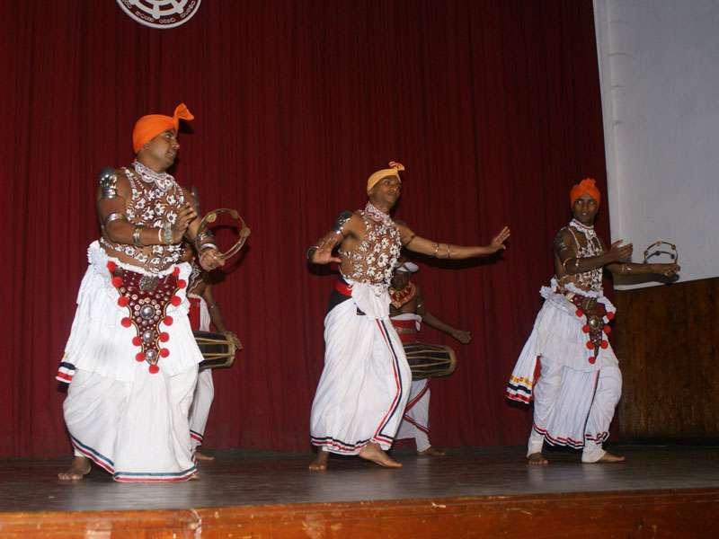 Der Pantheru-Tanz gehört ebenfalls zum Repertoire von 'Dance Lanka'; Foto: 10.11.2006, Kandy