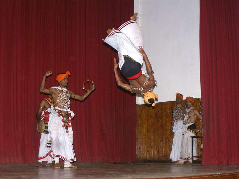 Akrobatik auf der Bühne begeistert viele Zuschauer; Foto: 10.11.2006, Kandy