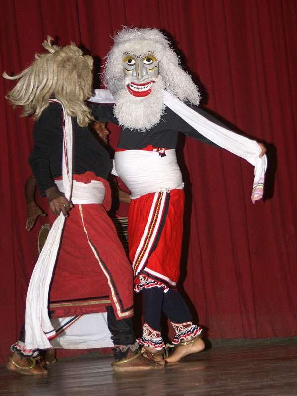 Beim Salupaliya-Tanz tragen die Künstler Kostüme, dieser Tanz stammt aus dem Süden Sri Lankas und handelt von bösen Dämonen; Foto: 10.11.2006, Kandy