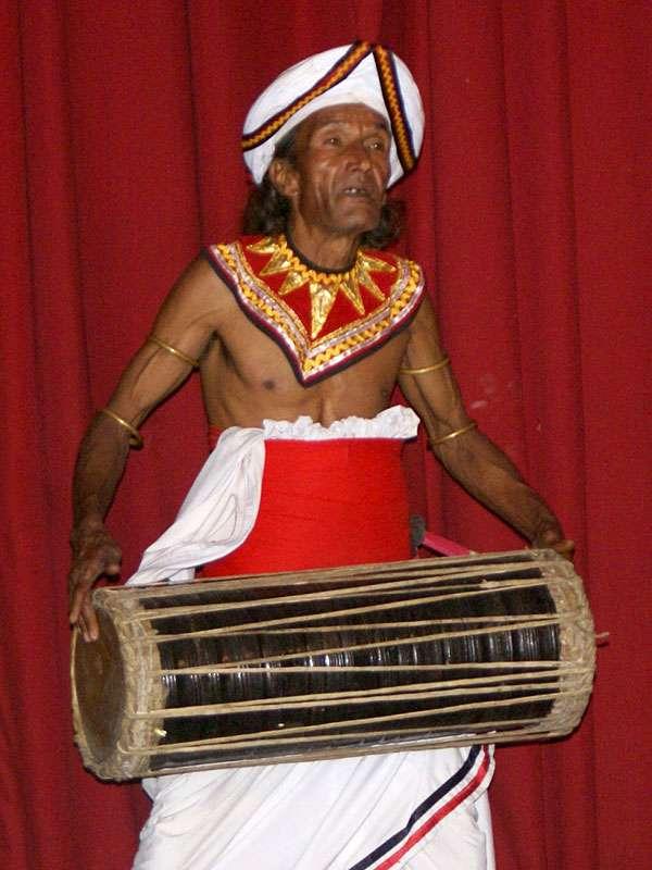 Ein älterer Trommler von 'Dance Lanka'; Foto: 10.11.2006, Kandy