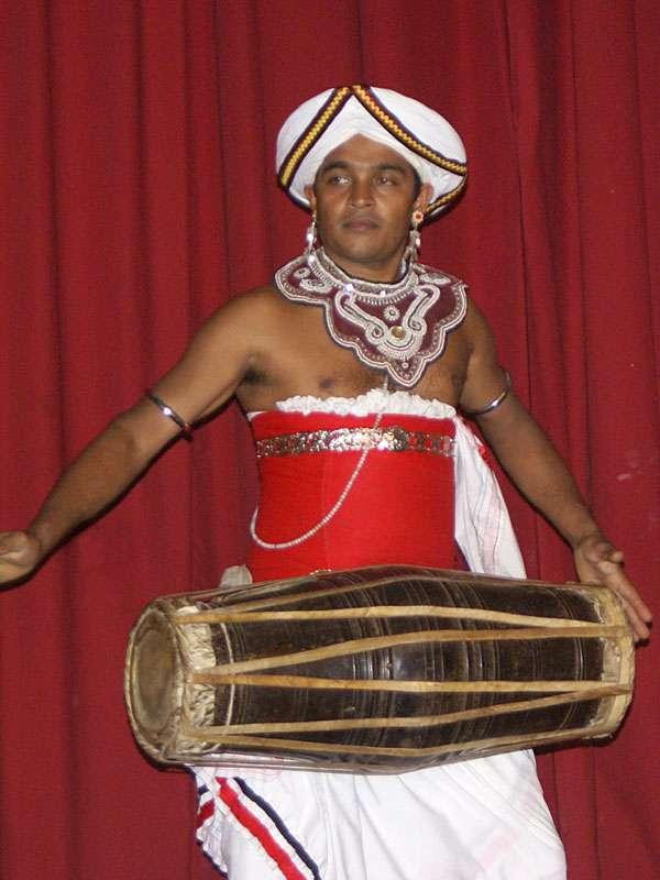 Manche Trommeln sind bauchig wie dieses Exemplar; Foto: 10.11.2006, Kandy