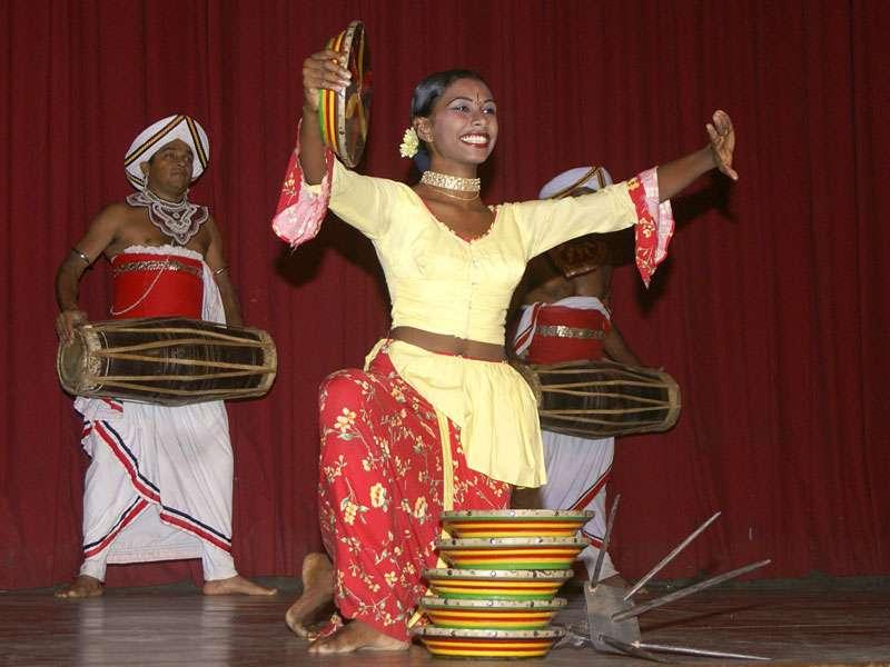 Beim Raban-Tanz geht es ein wenig artistisch zu; Foto: 10.11.2006, Kandy