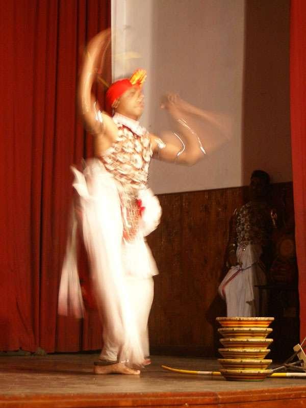 Der Raban-Tanz ist sehr dynamisch; Foto: 10.11.2006, Kandy