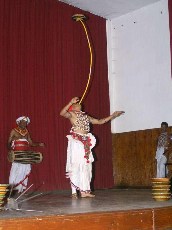 Beim Raban-Tanz brauchen die Künstler viel Geschick; Foto: 10.11.2006, Kandy