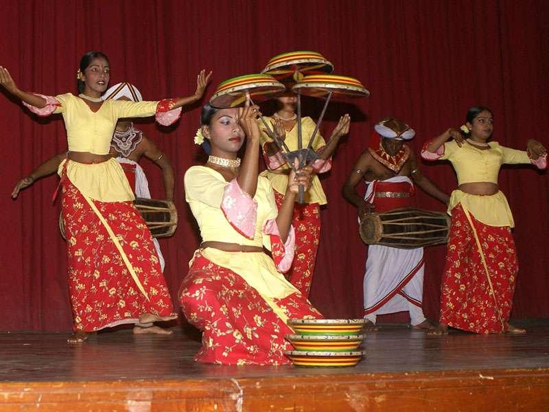 Das Balancieren mehrerer Scheiben gehört zum Raban-Tanz; Foto: 10.11.2006, Kandy