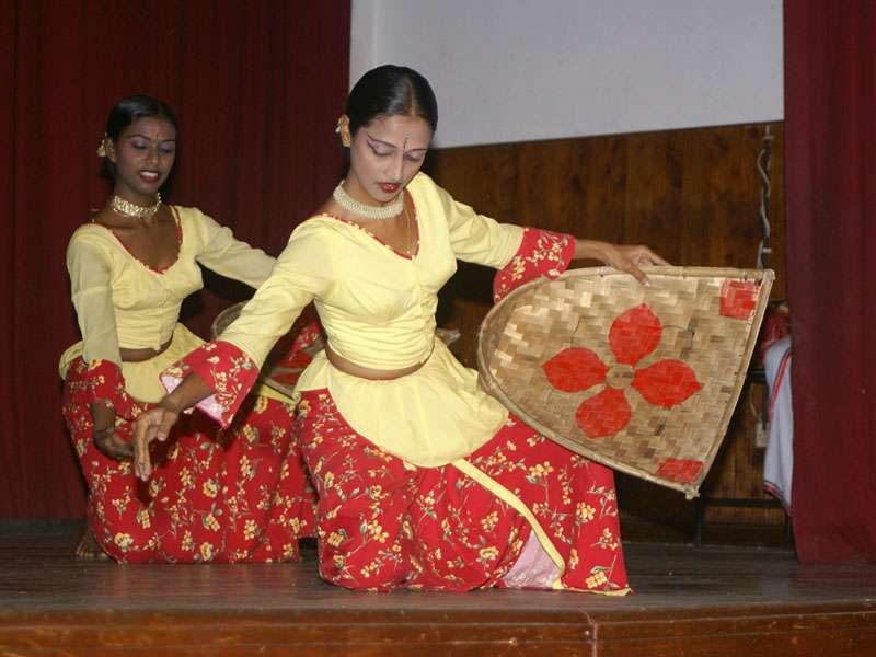 Symbolisch wird das Ernten von Nahrungsmitteln beim Erntetanz dargestellt; Foto: 10.11.2006, Kandy