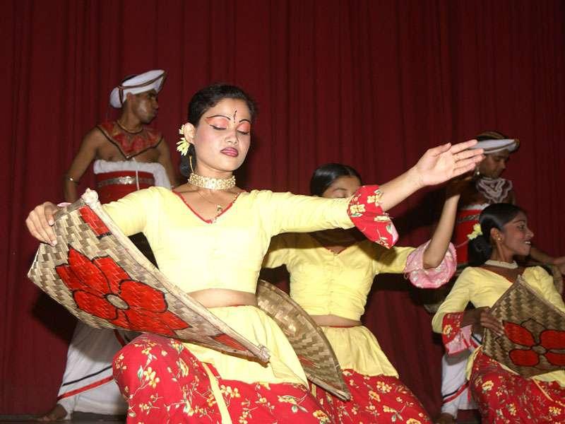 Mit anmutigen Bewegungen werden Erntehandgriffe im Tanz dargestellt; Foto: 10.11.2006, Kandy