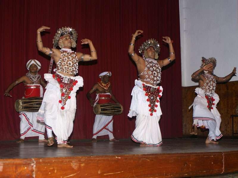 Männer in prächtigen Kostümen führen den Vez-Tanz vor; Foto: 10.11.2006, Kandy