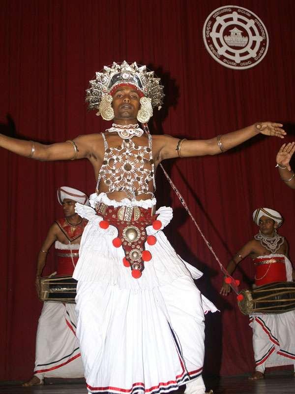 Ein geschmückter Tänzer führt den Vez-Tanz vor; Foto: 10.11.2006, Kandy