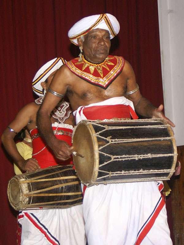 Diese Trommel wird mit kleinen Schlägern gespielt; Foto: 10.11.2006, Kandy