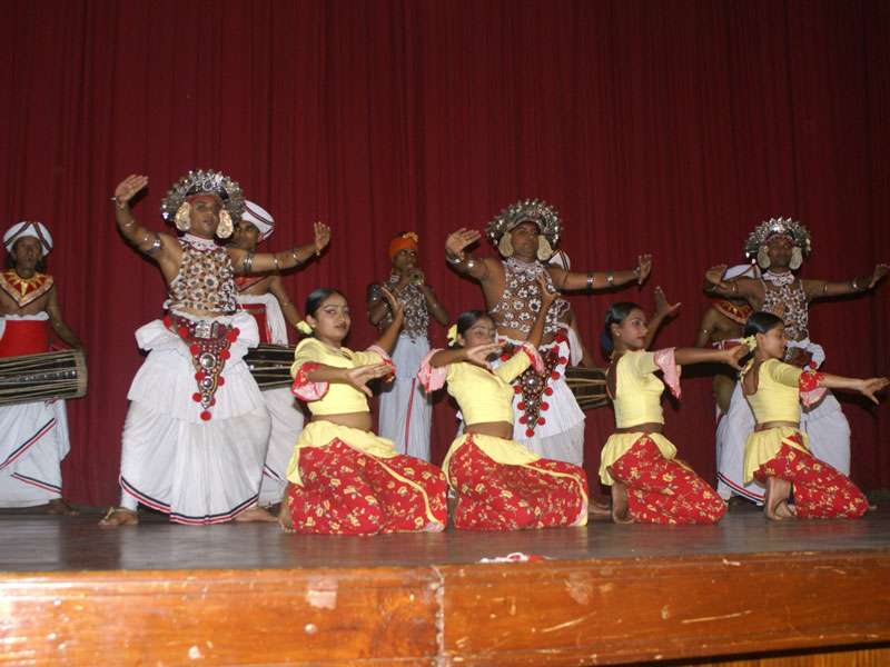 Tanzgruppe und Musiker sind gemeinsam auf der Bühne; Foto: 10.11.2006, Kandy