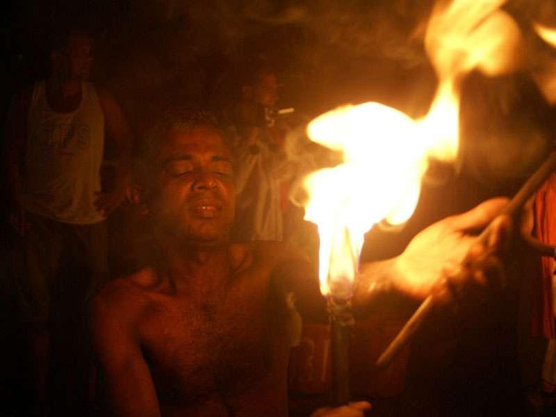 Das berühmte Spiel mit dem Feuer ganz wörtlich genommen; Foto: 10.11.2006, Kandy