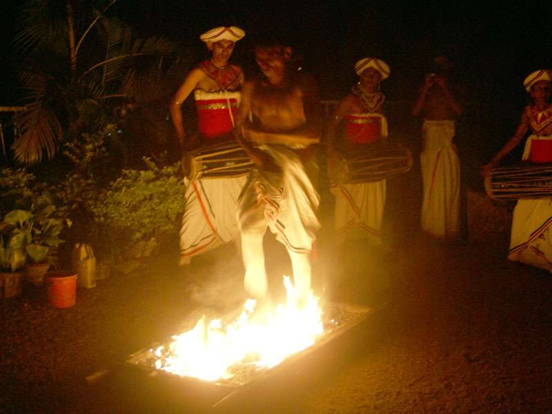 Ein Mann läuft über glühende Kohlen und Feuer; Foto: 10.11.2006, Kandy