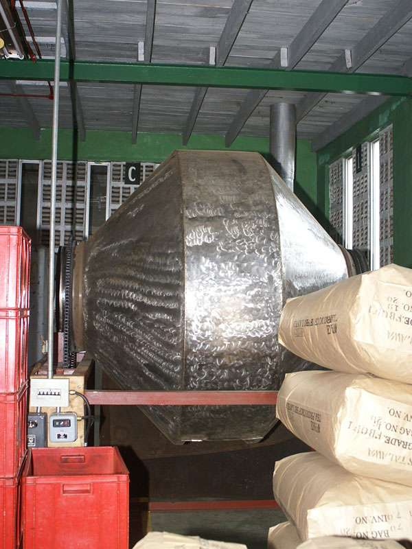 Für die Grünteeherstellung werden die Blätter nicht fermentiert, sondern schonend getrocknet, was in einer solchen Trommel geschieht; Foto: 11.11.2006, Rambukkana