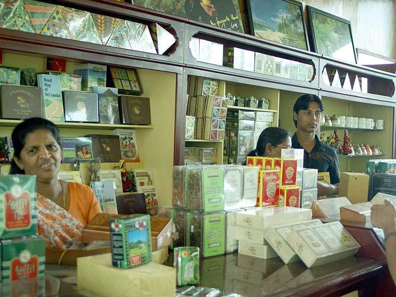 Viele Teefabriken in Sri Lanka haben kleine Verkaufsräume, in denen Tee unterschiedlicher Qualitätsstufen zu günstigen Preisen angeboten wird; Foto: 11.11.2006, Rambukkana