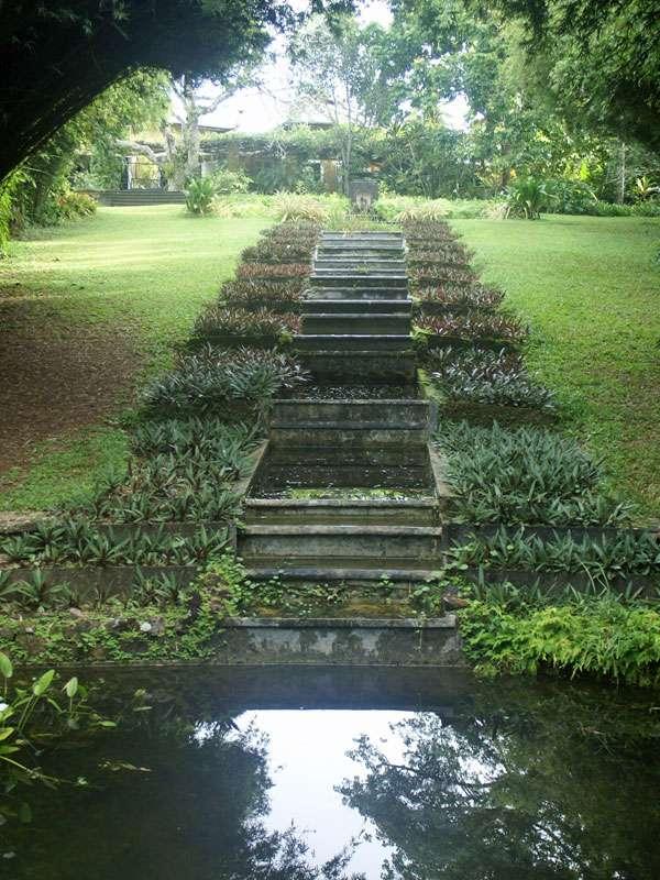 Gartenkunst: Stufenförmig angelegte Kleinstgewässer im Brief Garden; Foto: November 2006, Kalawila