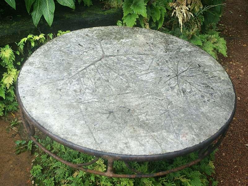 Kunst trifft Natur: Tisch mit Blattrelief-Oberfläche im Brief Garden; Foto: November 2006, Kalawila