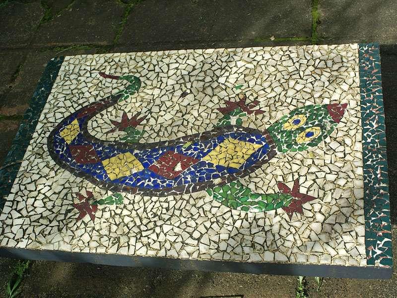 Mosaik-Tischplatte auf dem Anwesen Brief Garden; Foto: November 2006, Kalawila