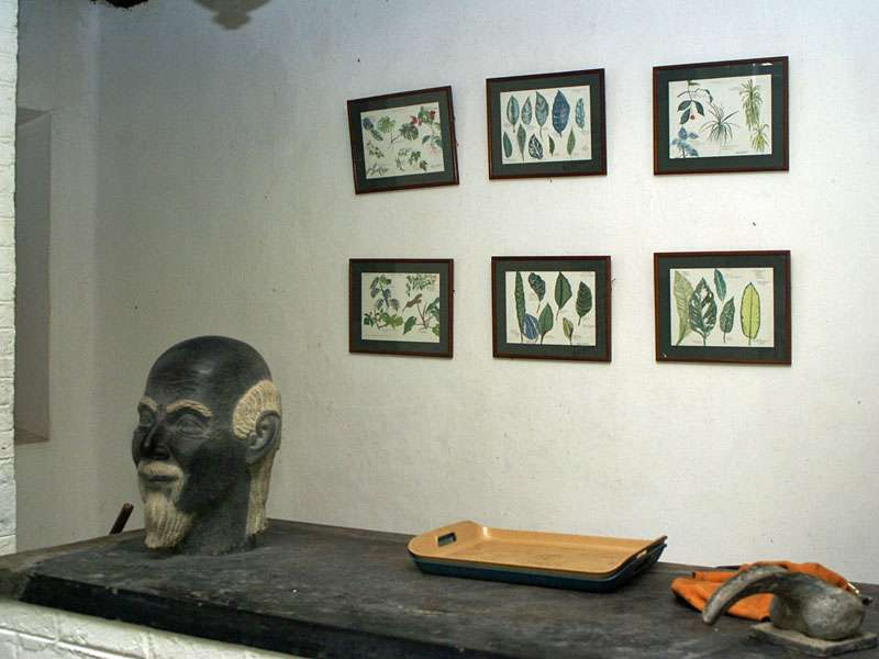Auch in vielen Kunstwerken findet sich im Anwesen von Brief Garden die Natur wieder; Foto: November 2006, Kalawila