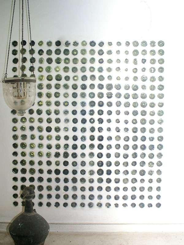 Flaschenrecycling einmal anders: 360 in eine Wand eingemauerte Weinflaschen; Foto: November 2006, Kalawila